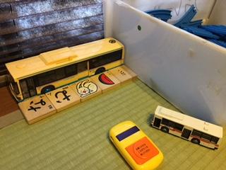 バスと積み木
