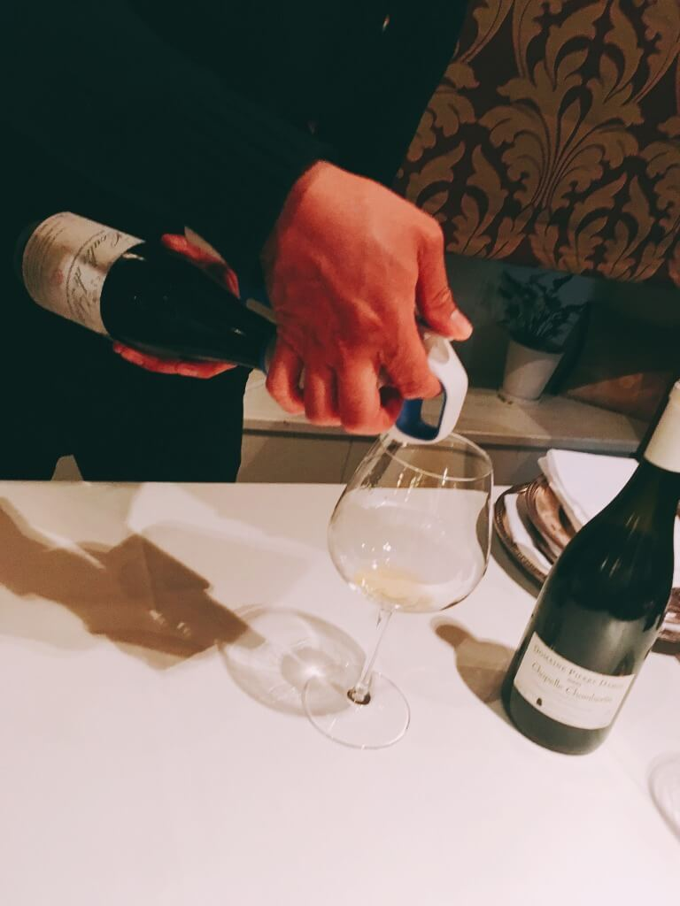 コラヴァンでワインを注いでいるところ